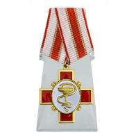 Крест За заслуги в медицине на подставке