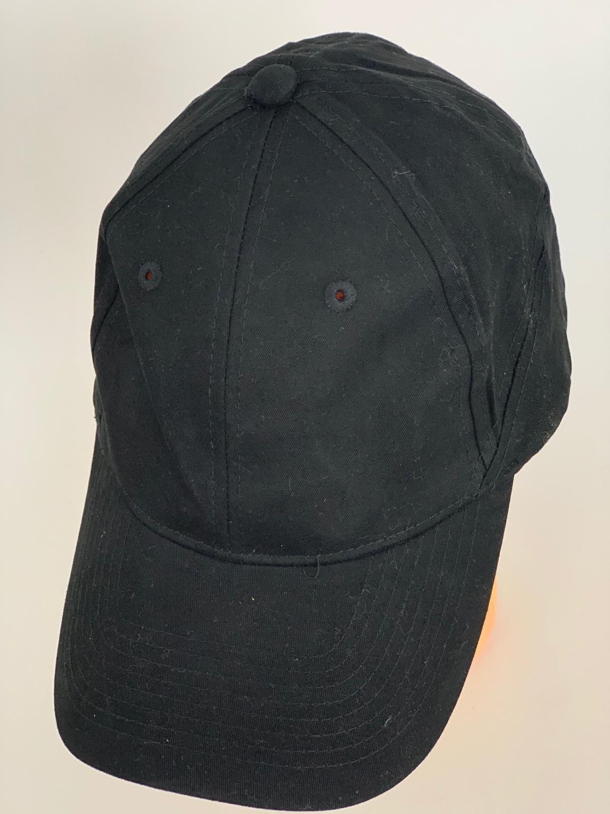 Крутая бейсболка черного цвета с оригинальным тылом