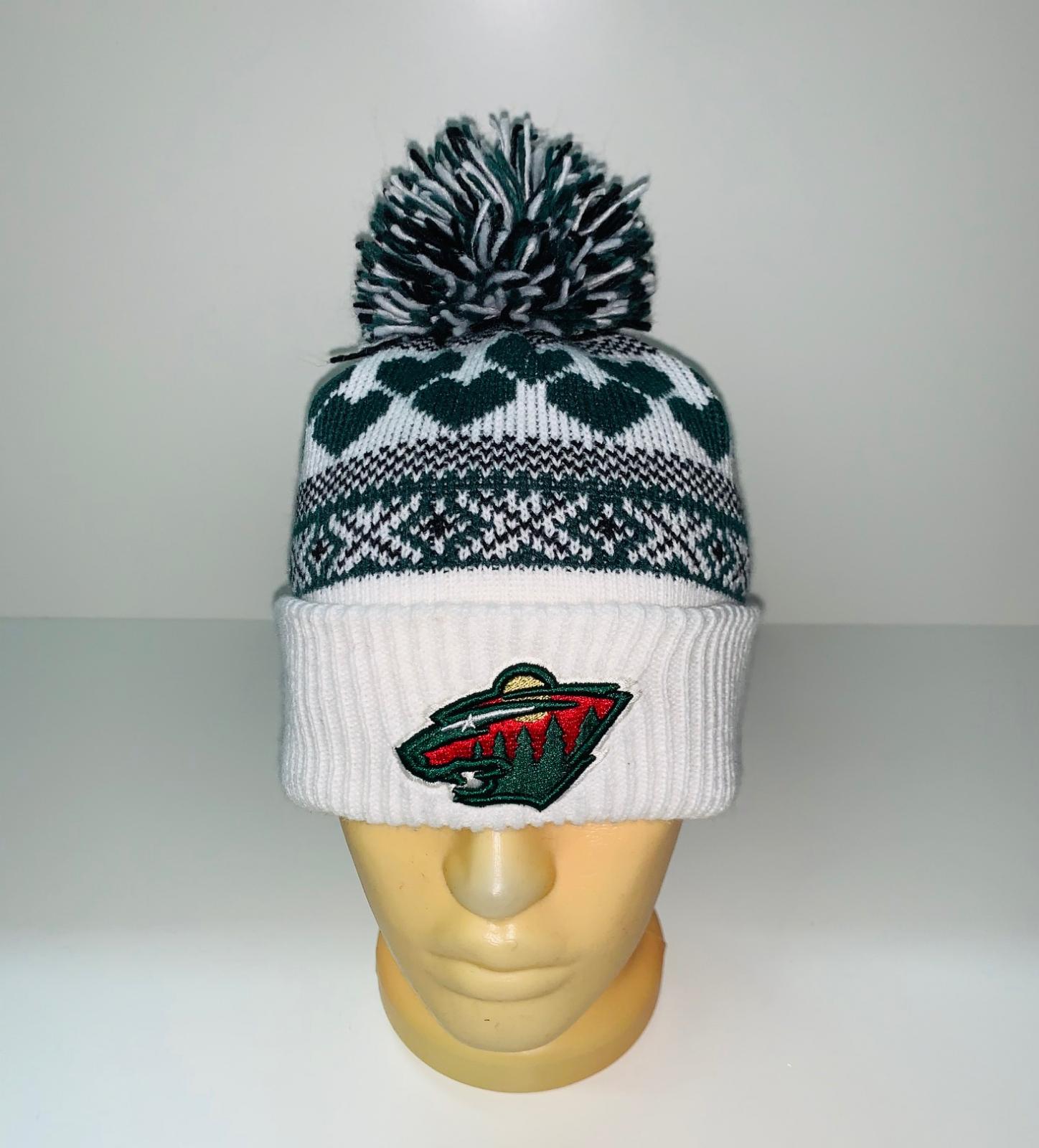 Крутая бело-зеленая шапка с помпоном