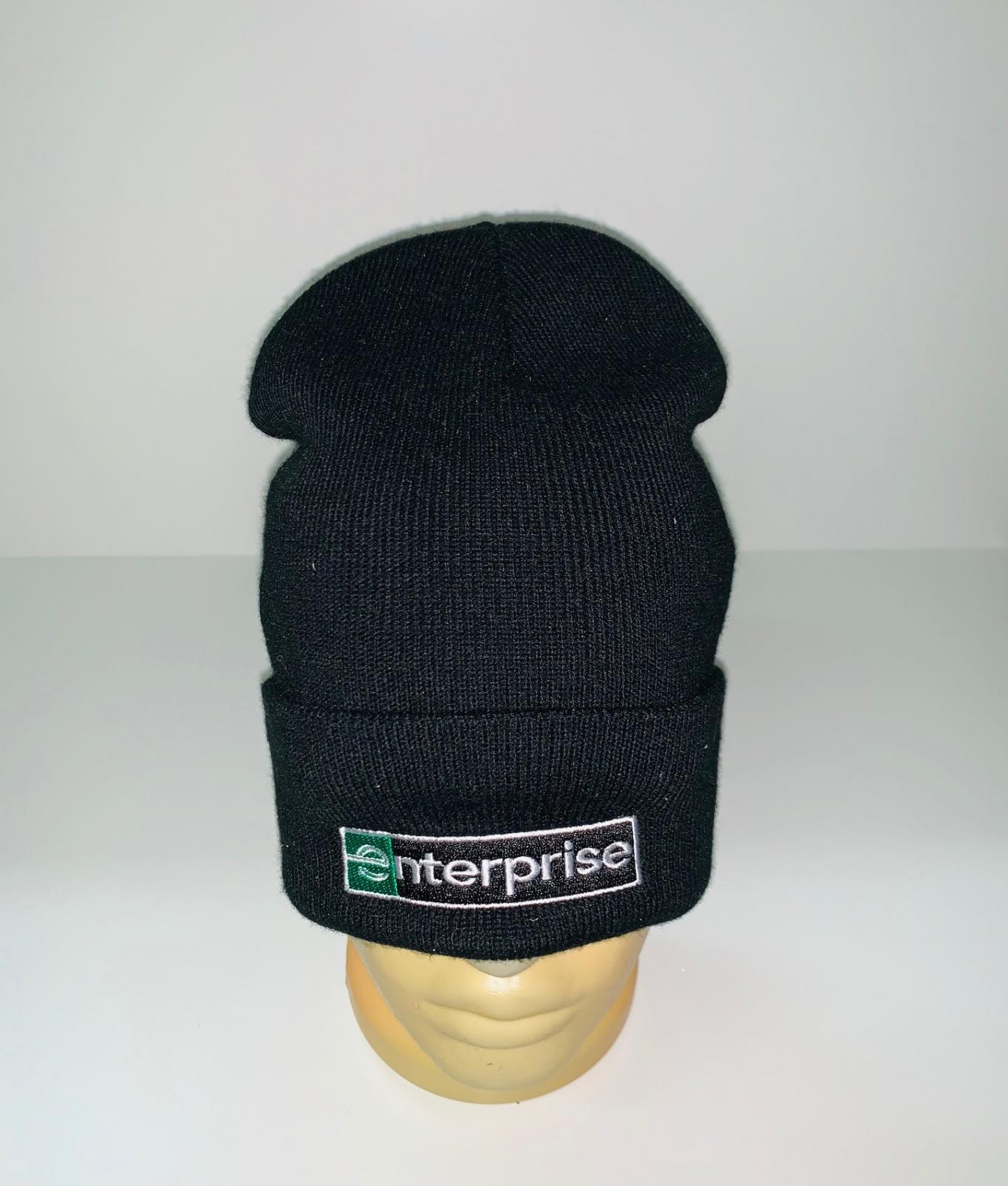 Крутая черная шапка с нашивкой
