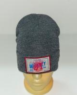 Крутая серая шапка с нашивкой