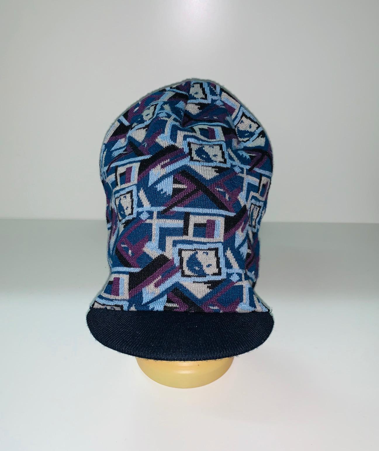 Крутая шапка с геометрическим узором и козырьком