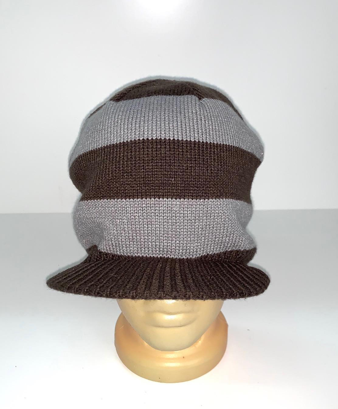 Крутая шапка в полоску с козырьком