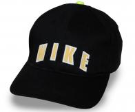 Фирменная бейсболка с логотипом и яркой пуговицей