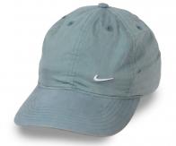 Светло-серая лёгкая кепка. Хлопок – идеальный материал для таких вещей. Изделие пропускает воздух, отводит влагу, держит форму. Унисекс фасон без посреднических наценок