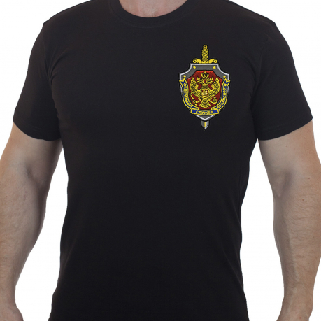 Лаконичная футболка с вышитым шевроном ФСБ