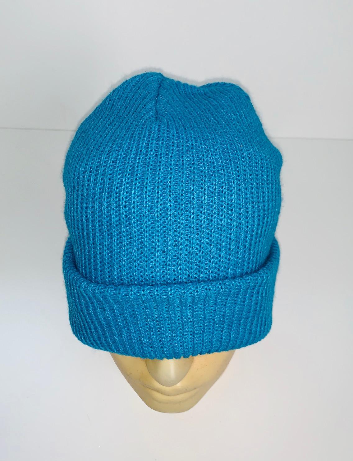 Лаконичная голубая шапка