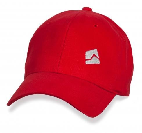 Лаконичная красная бейсболка с белым лого