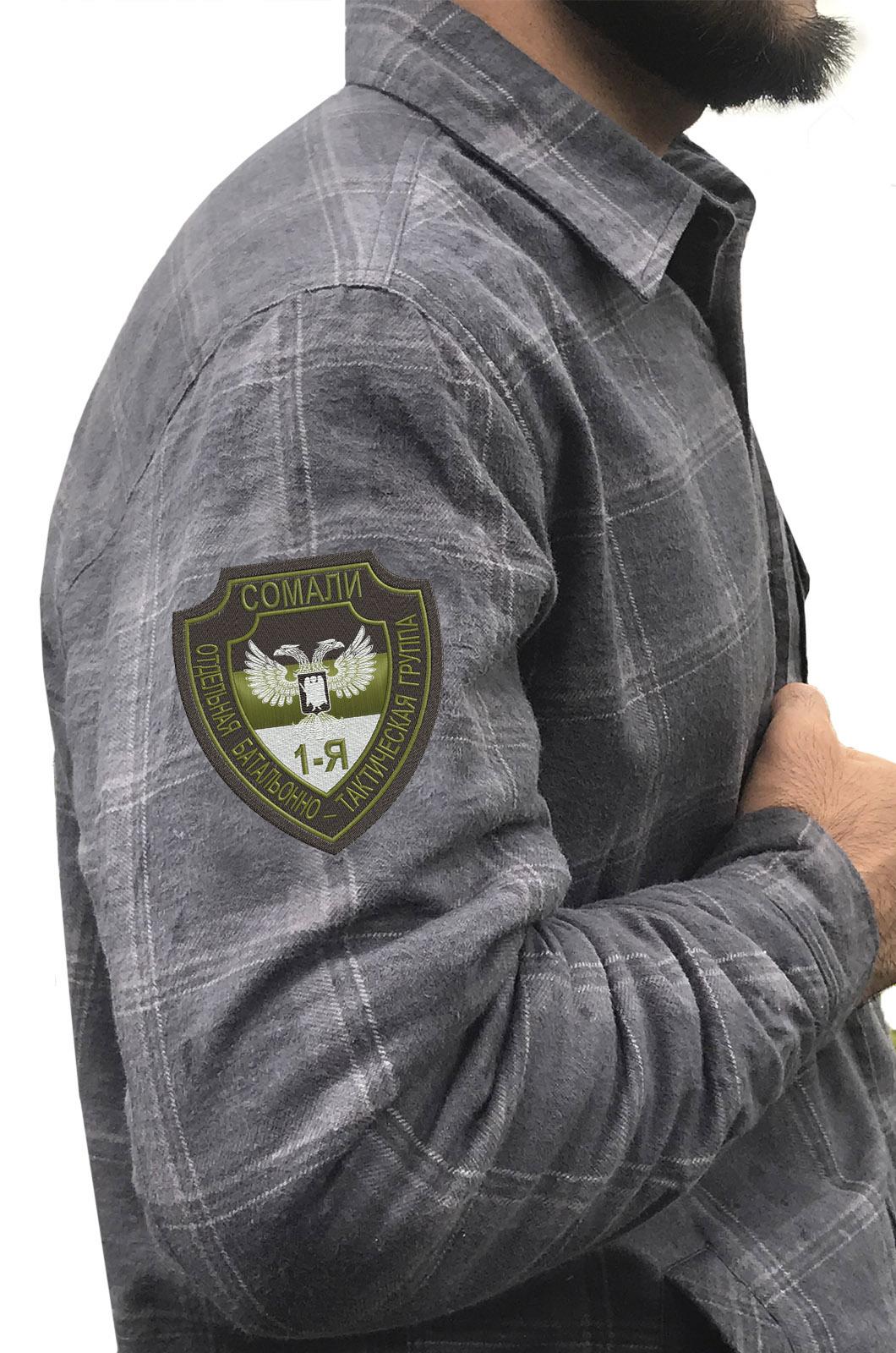 Лаконичная рубашка с вышитым шевроном Группа Сомали - купить оптом