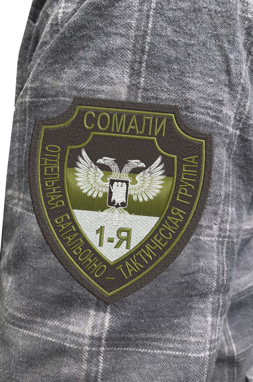 Лаконичная рубашка с вышитым шевроном Группа Сомали - купить в розницу