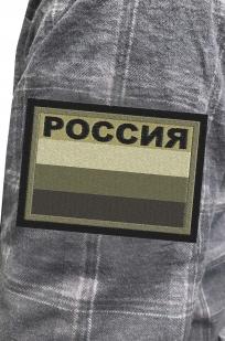Лаконичная рубашка с вышитым шевроном Россия полевая - купить с доставкой