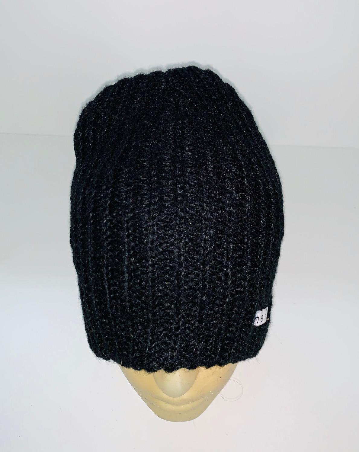 Лаконичная шапка черного цвета