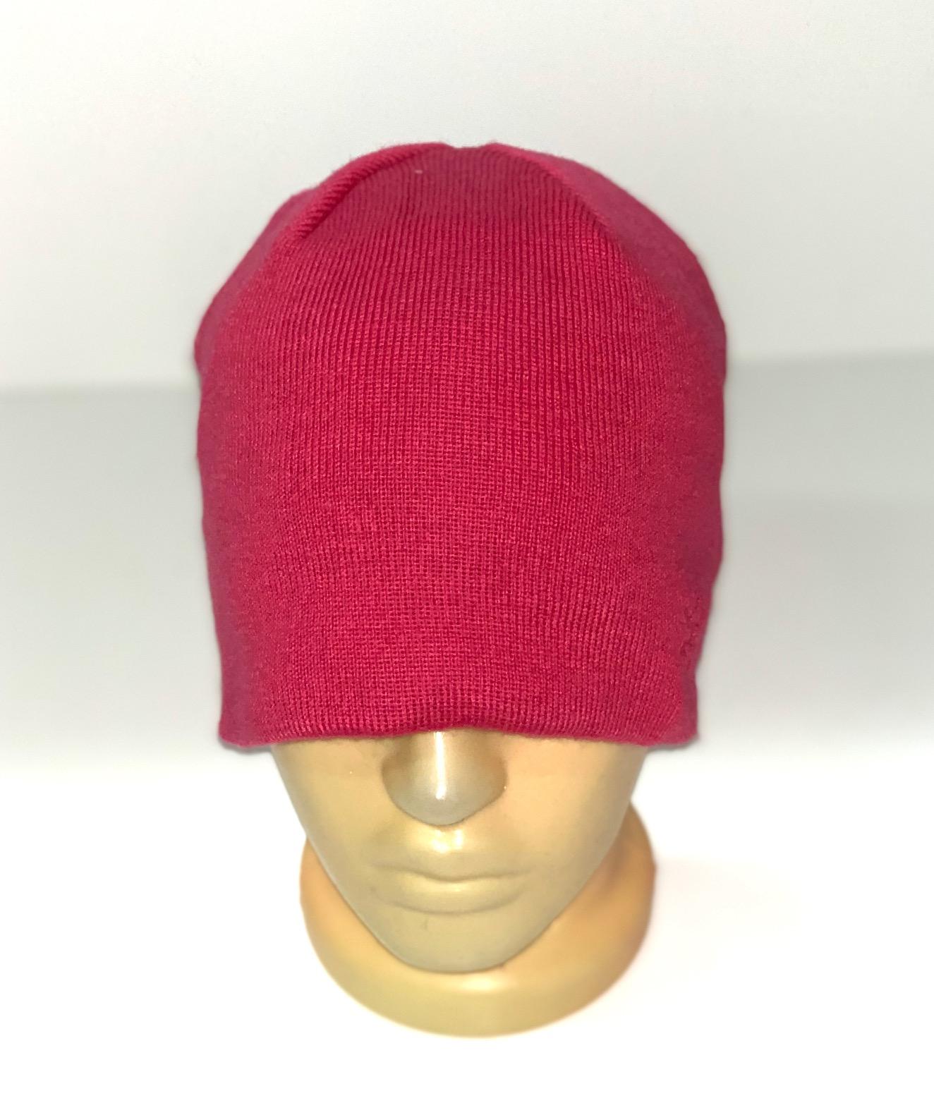 Лаконичная шапка малинового цвета