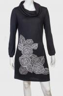 Лаконичное черное платье с крупными розами
