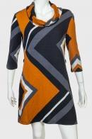 Лаконичное яркое платье с рукавами три четверти