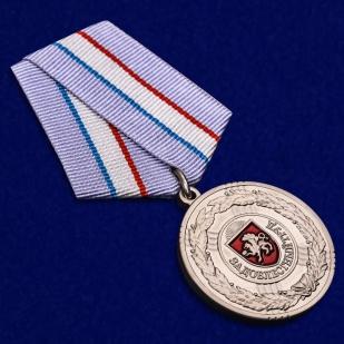Латунная медаль Крыма За доблестный труд - общий вид