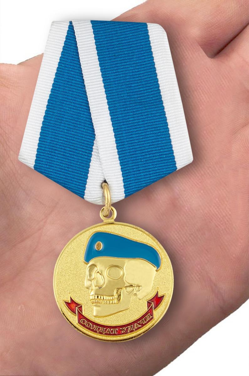 Латунная медаль ВДВ Солдат удачи - вид на ладони