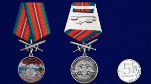 Латунная медаль За службу в Находкинском пограничном отряде - сравнительный  вид