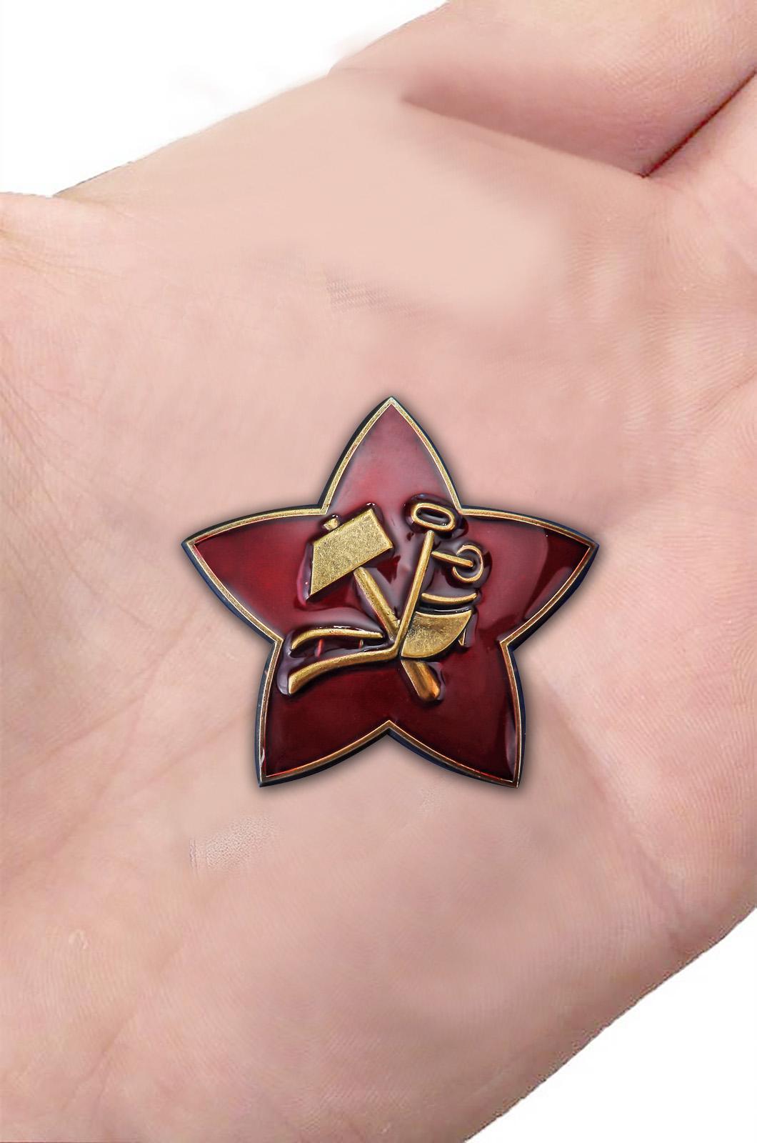 Латунная кокарда РККА 1918 г. - в красном презентабельном футляре - вид на ладони