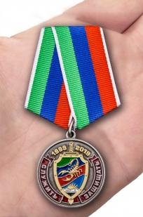 Латунная медаль 20 лет ОМОН Скорпион - вид на ладони