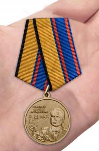Латунная медаль Главный маршал артиллерии Неделин - вид на ладони