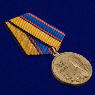 Латунная медаль Главный маршал артиллерии Неделин - общий вид