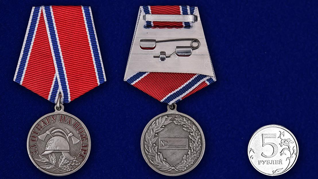 """Латунная медаль МЧС """"За отвагу на пожаре"""" - сравнительный вид"""