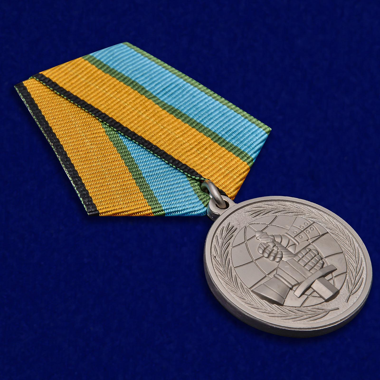 Латунная медаль МО РФ За вклад в развитие международного военного сотрудничества - общий вид