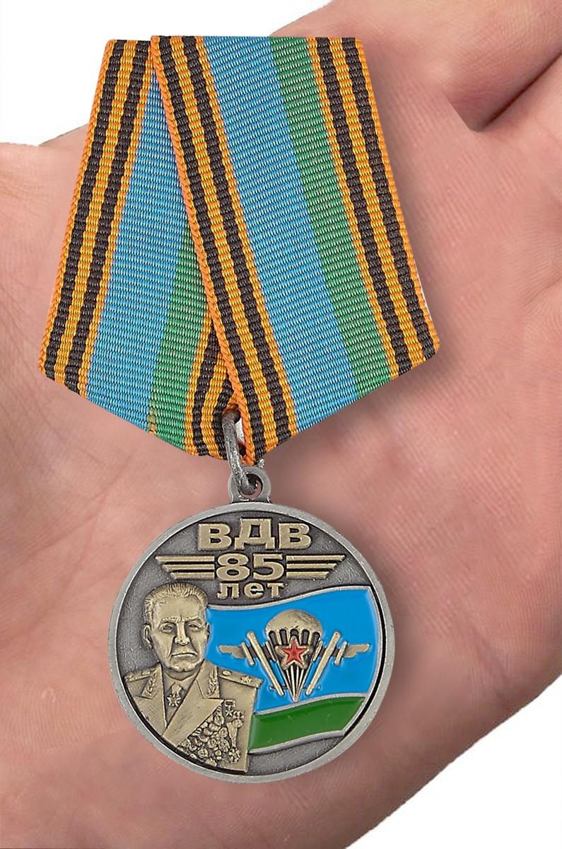Латунная медаль ВДВ с портретом Маргелова - вид на ладони