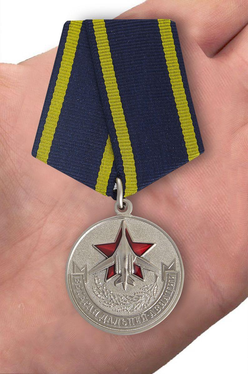 """Латунная медаль """"Ветеран дальней авиации"""" (в футляре) - вид на ладони"""