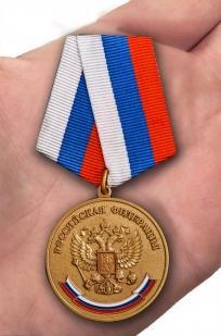 Латунная медаль За особые успехи в учении - вид на ладони
