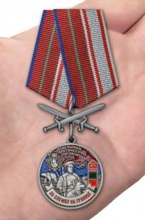 Латунная медаль За службу в Арктическом пограничном отряде - вид на ладони