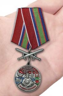 Латунная медаль За службу в Мурманском пограничном отряде - вид на ладони