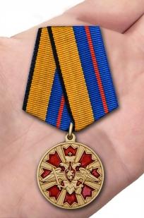 Латунная медаль За службу в Ракетных войсках стратегического назначения - вид на ладони