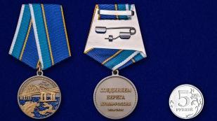 """Латунная медаль """"За строительство Крымского моста"""" - сравнительный вид"""