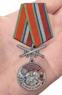 Латунная медаль За службу в Сахалинском пограничном отряде - вид на ладони