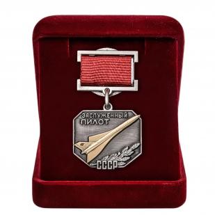 Латунный знак Заслуженный пилот СССР