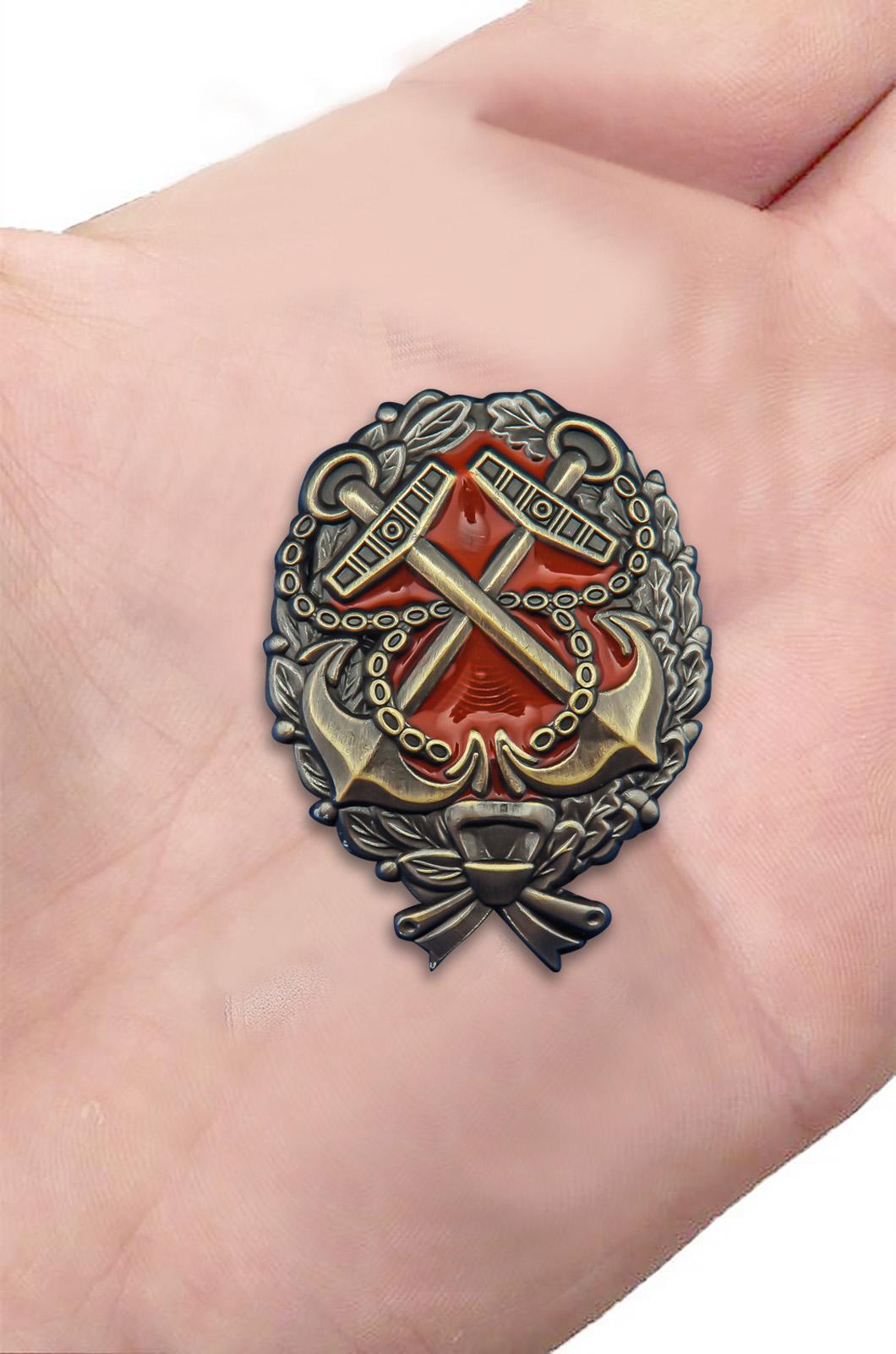Латунный знак Красного командира РККФ - вид на ладони