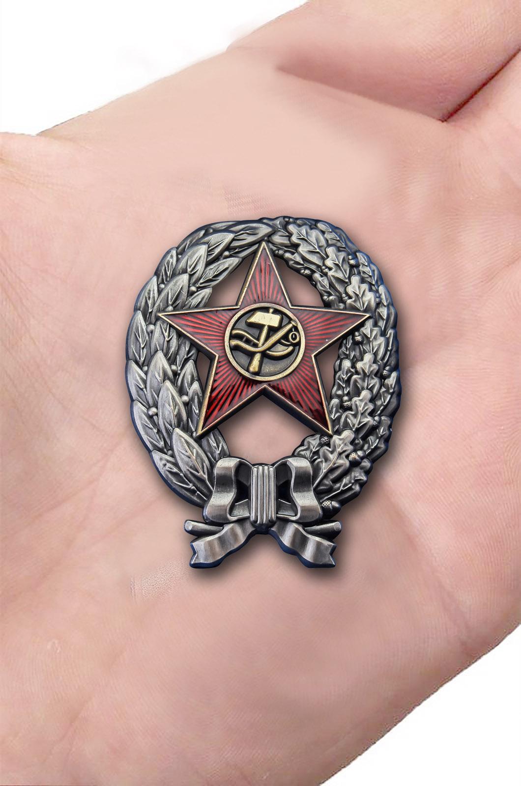 Латунный знак Красный командир РККА 1918 год - вид на ладони