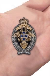 Латунный знак МВД Лучший сотрудник криминальной полиции - вид на ладони