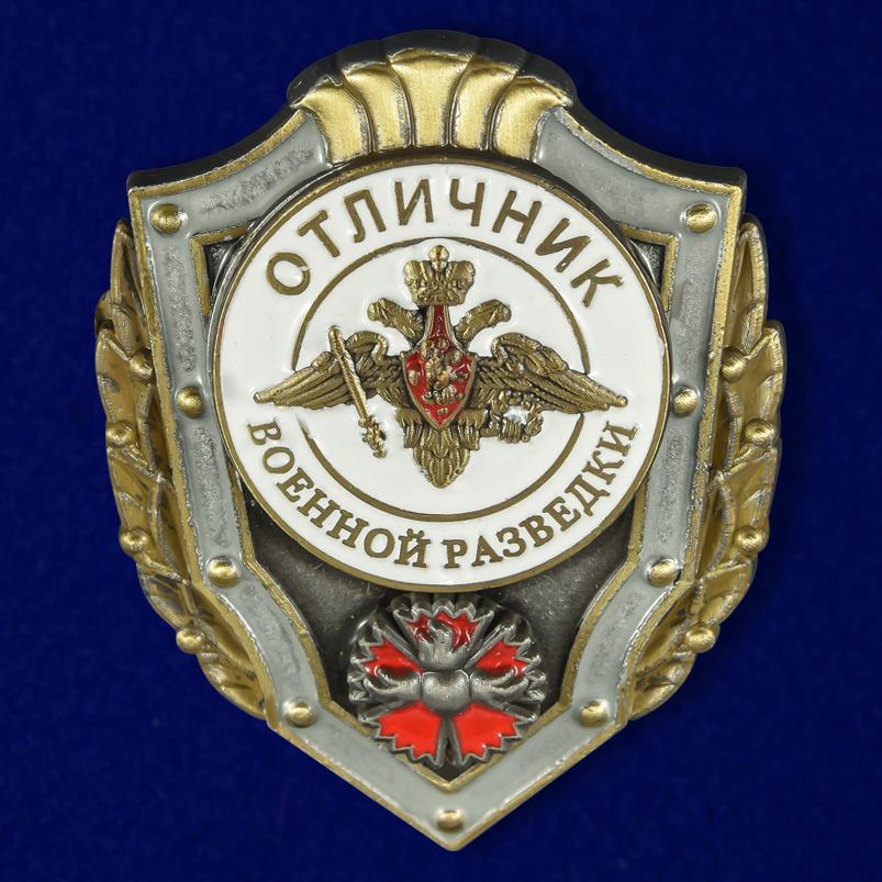 Латунный знак Отличник военной разведки на подставке - общий вид
