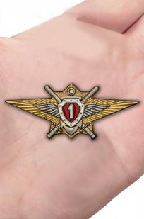 Латунный знак Росгвардии Классная квалификация (специалист 1-го класса) - вид на ладони