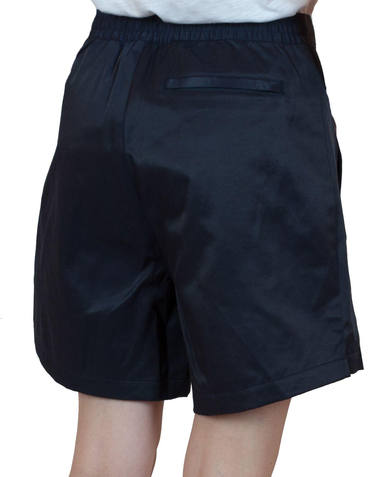 Летние шортики для женщин черного цвета - вид сзади