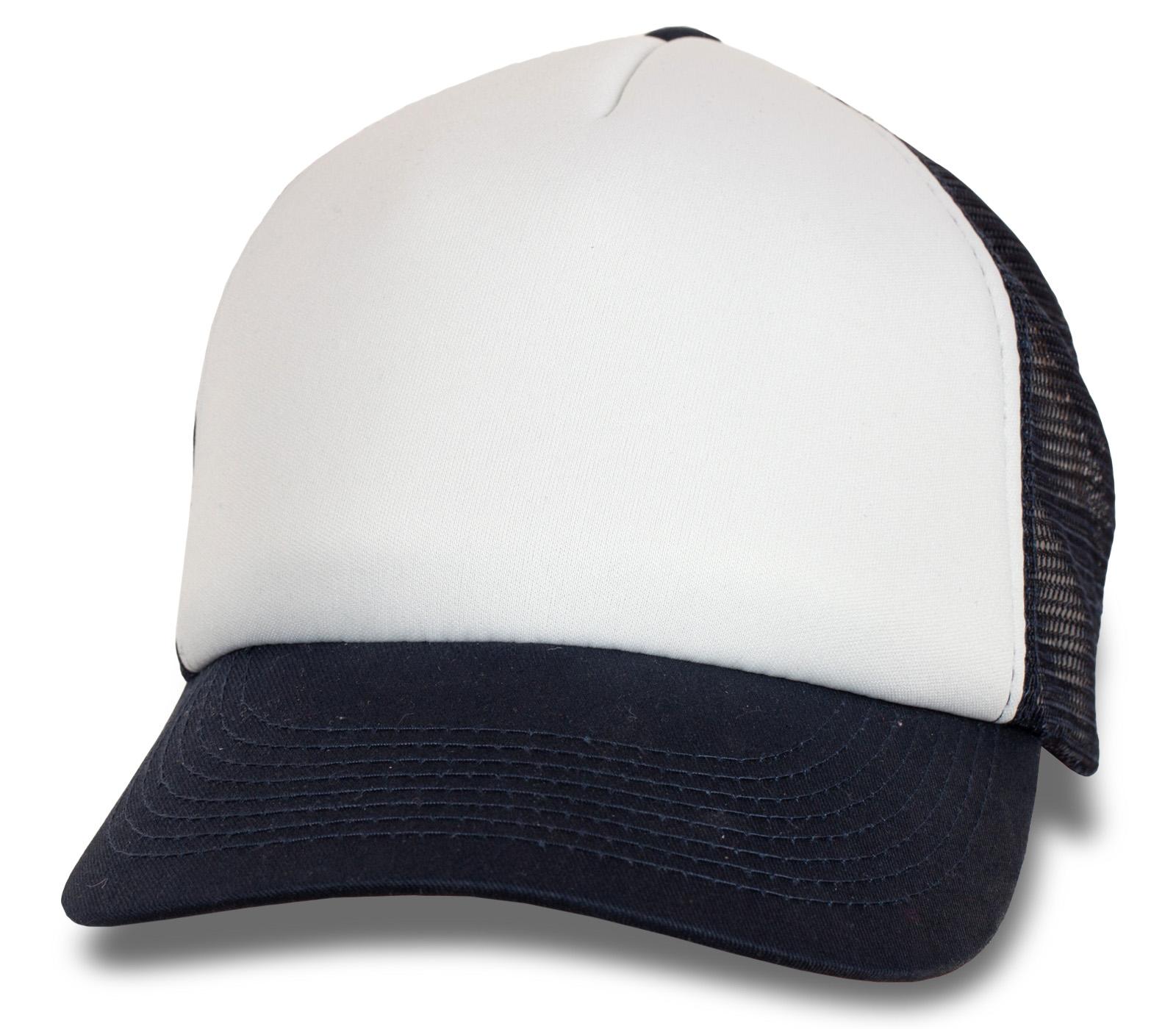 Летняя бейсболка белая с синим козырьком и сеткой