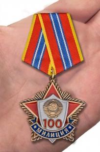 """Медаль """"100 лет милиции"""" в солидном футляре из флока бордового цвета - вид на ладони"""