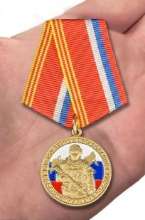 """Медаль """"100 лет образования Вооруженных сил России"""" - вид на ладони"""