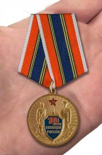 """Медаль """"100 лет Российской милиции"""" в бархатистом футляре из бордового флока - вид на ладони"""