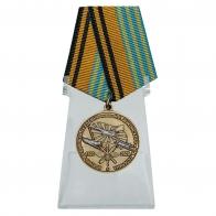 Медаль 100 лет Военно-воздушной академии им. Н.Е. Жуковского и Ю.А. Гагарина на подставке