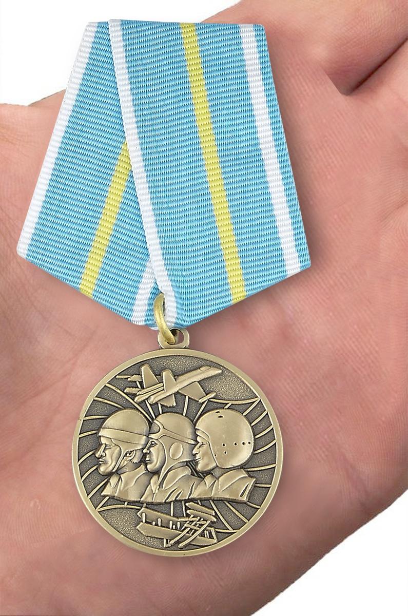 """Медаль """"100 лет Военной авиации России"""" 1912-2012 - вид на ладони"""