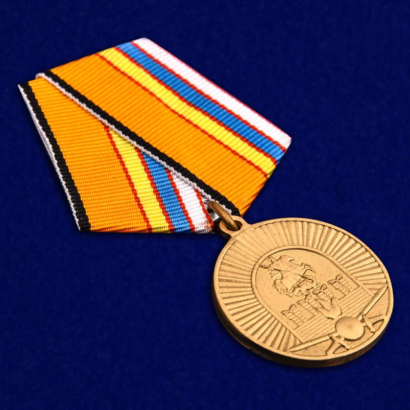 Медаль 100-летие Московского ВОКУ в бордовом футляре с покрытием из бархатистого флока - общий вид